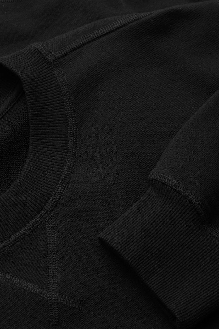 COS 레귤러 핏 코튼 스웻셔츠의 블랙컬러 Detail입니다.