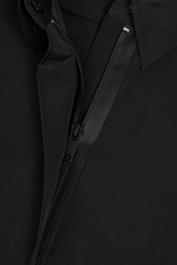 COS 디태처블 후드 레인코트의 블랙컬러 Detail입니다.