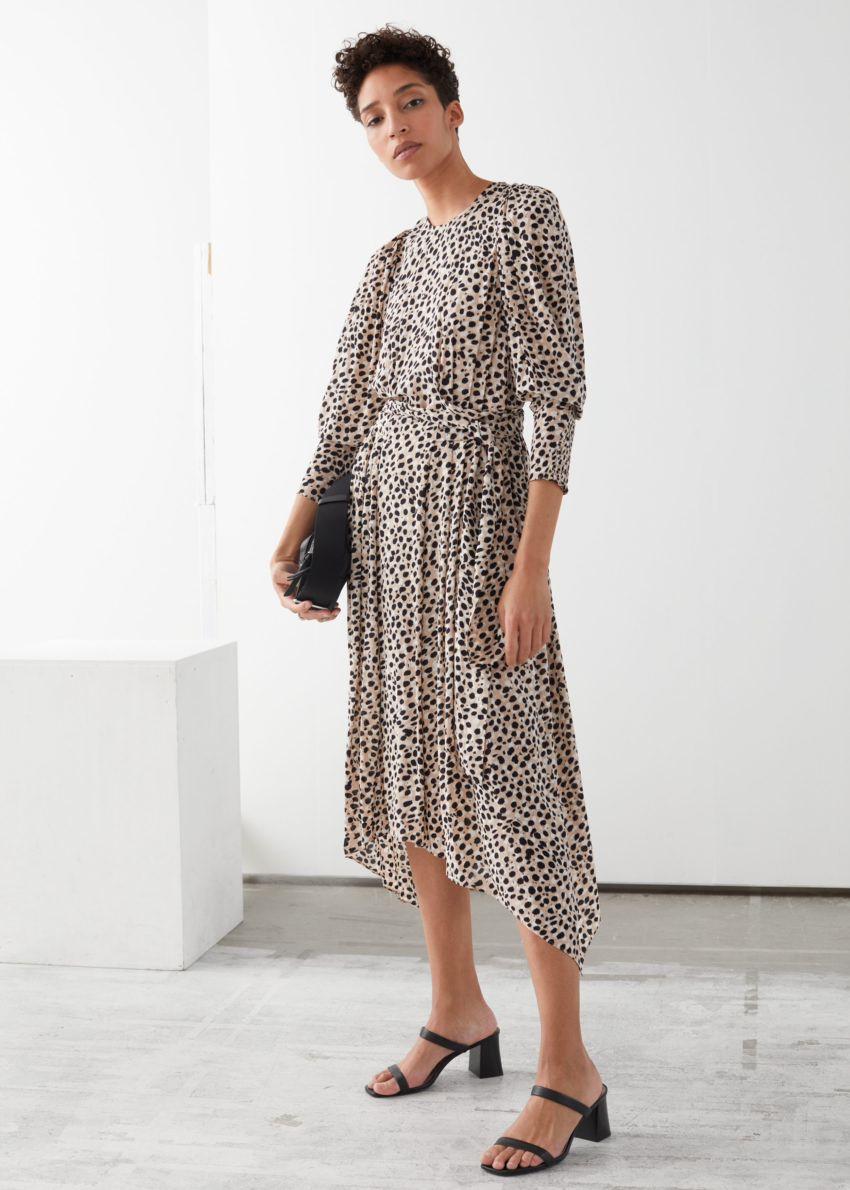 앤아더스토리즈 퍼프 슬리브 미디 드레스의 치타컬러 ECOMLook입니다.