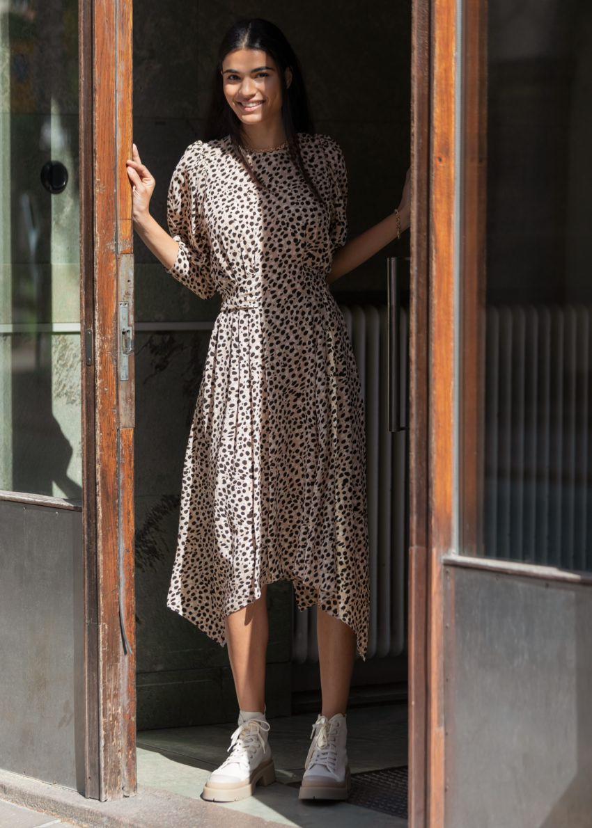 앤아더스토리즈 퍼프 슬리브 미디 드레스의 치타컬러 Environmental입니다.