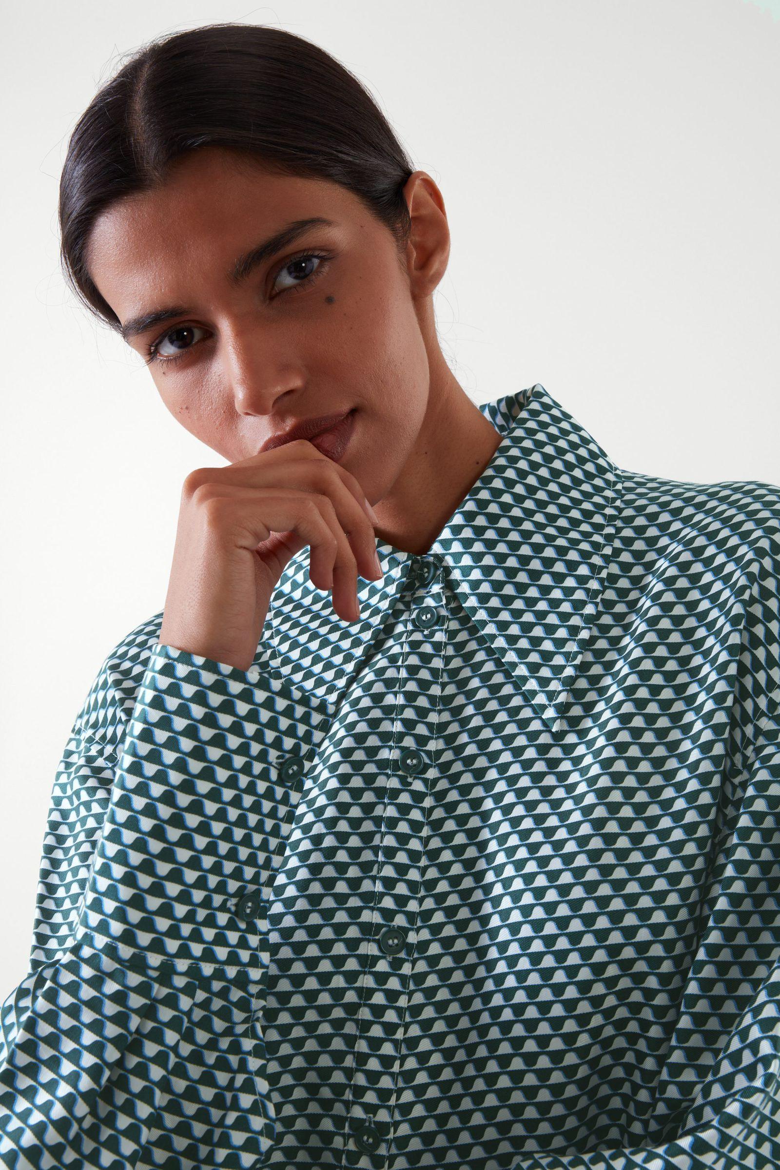 COS 실크 프린티드 미디 셔츠 드레스의 다크 그린 / 화이트컬러 ECOMLook입니다.