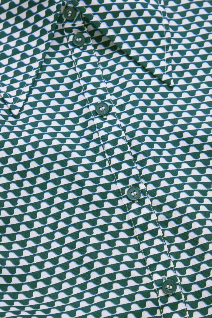 COS 실크 프린티드 미디 셔츠 드레스의 다크 그린 / 화이트컬러 Detail입니다.