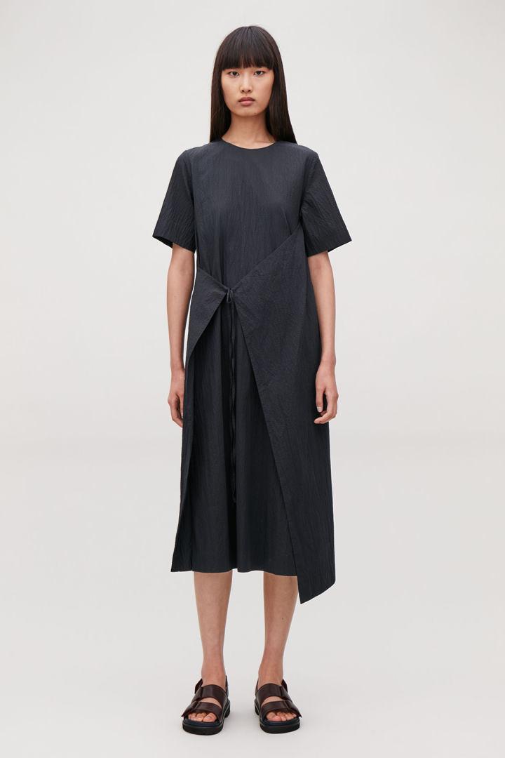 COS default image 3 of 블루 in 에이프런 랩 시어서커 드레스