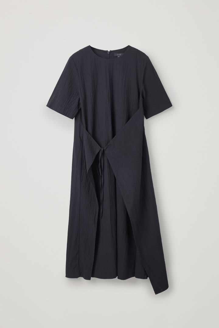 COS hover image 3 of 블루 in 에이프런 랩 시어서커 드레스