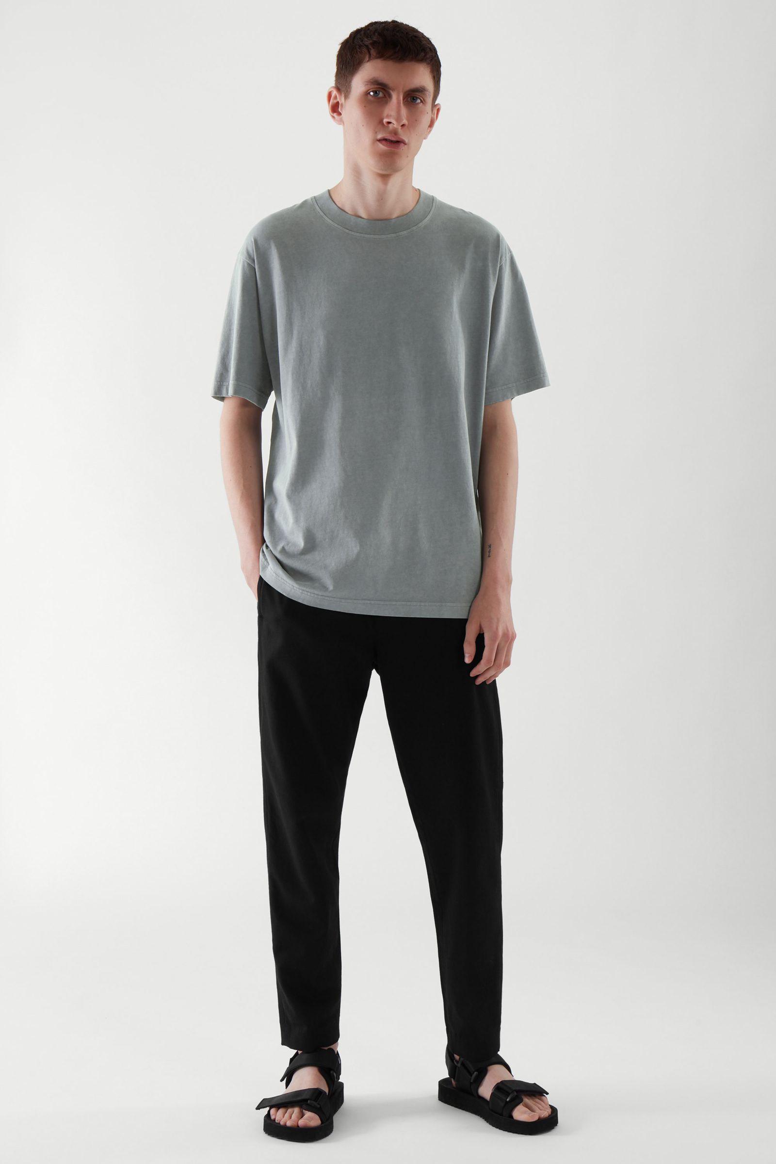 COS 오버사이즈 핏 티셔츠의 블루컬러 ECOMLook입니다.