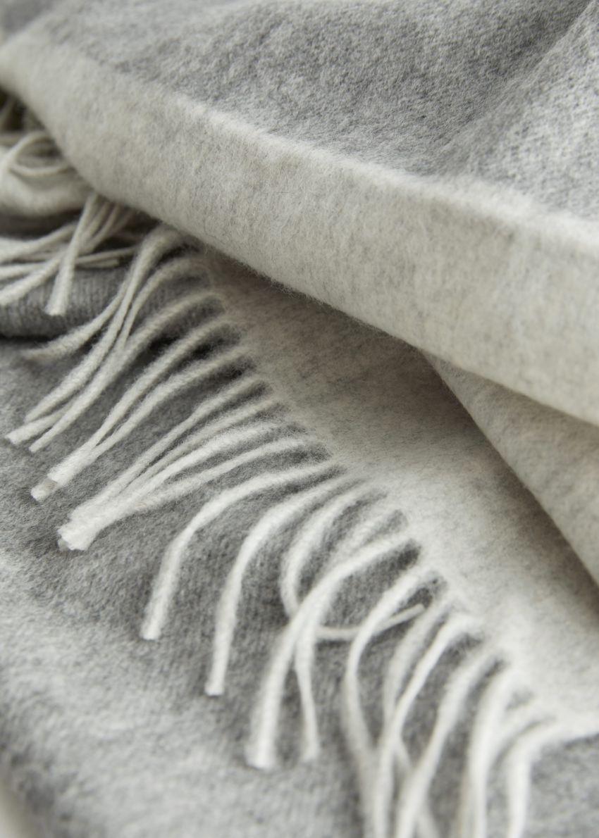 앤아더스토리즈 듀오 톤 울 블랭킷 스카프의 그레이 듀오컬러 Detail입니다.