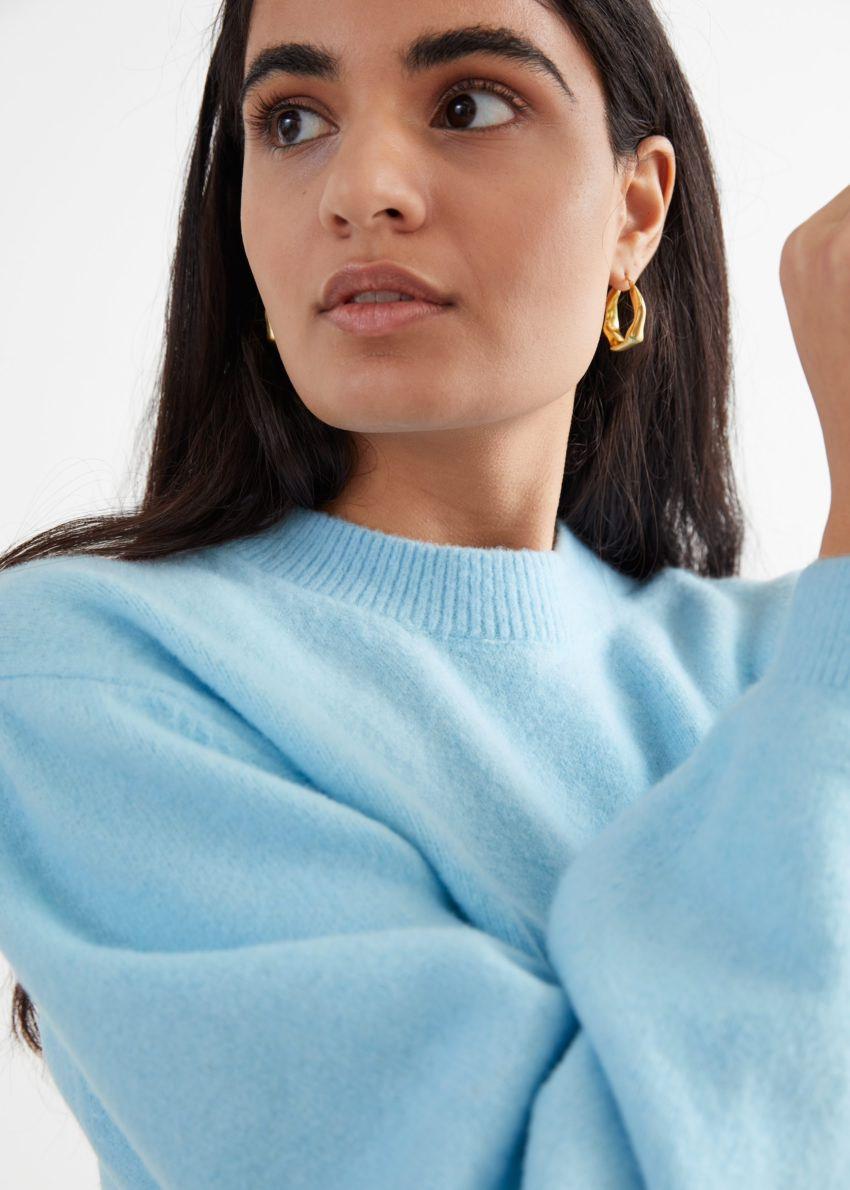 앤아더스토리즈 릴렉스드 스웨터의 라이트 블루컬러 ECOMLook입니다.
