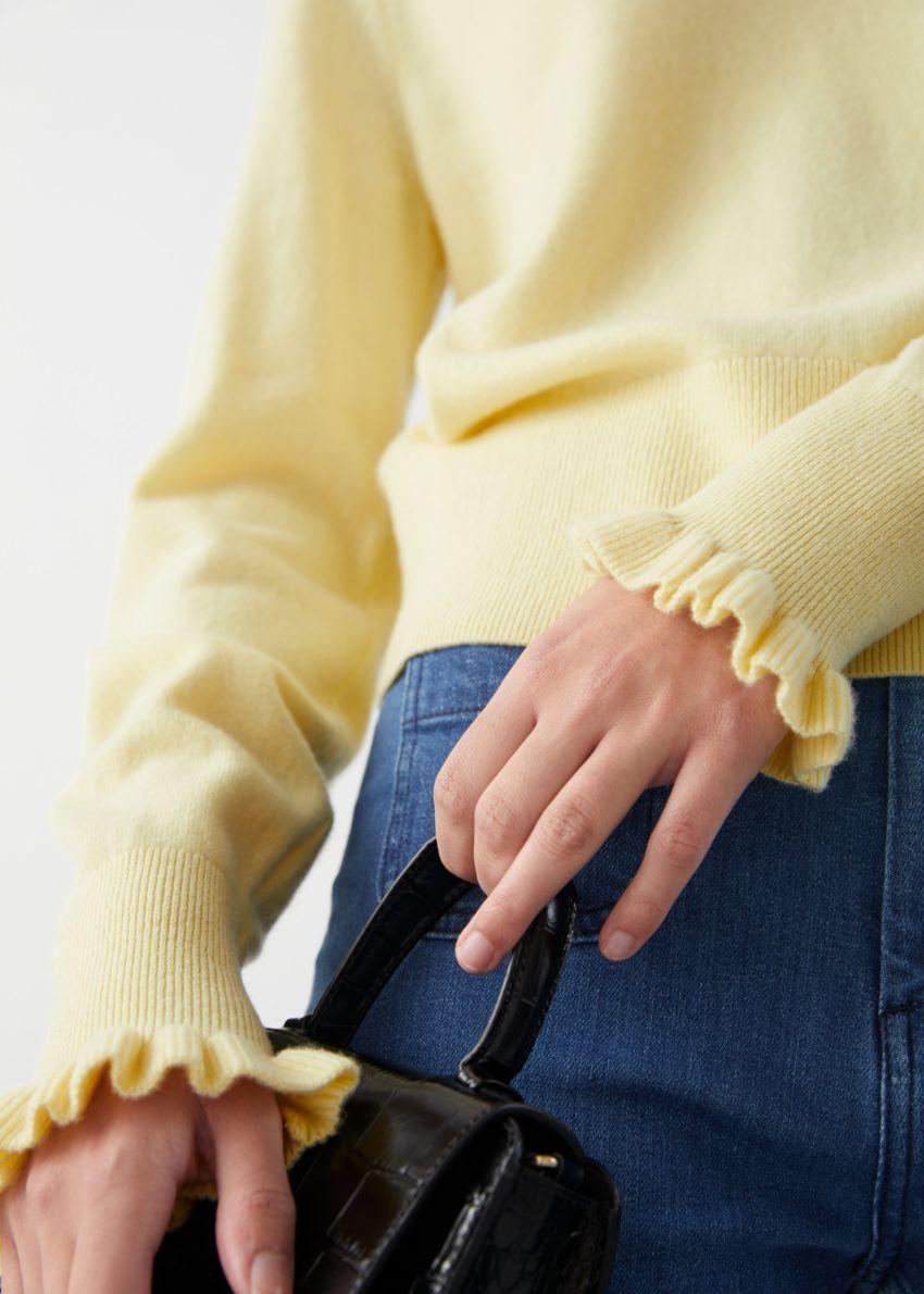 앤아더스토리즈 러플 울 니트 폴로 스웨터의 라이트 옐로우컬러 ECOMLook입니다.
