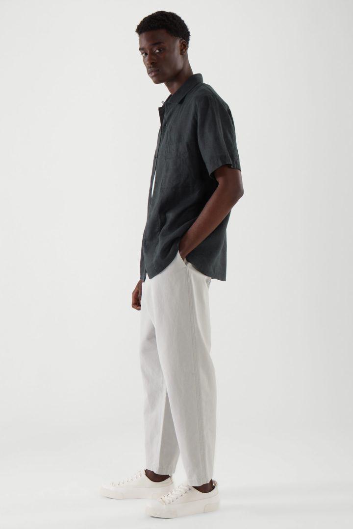 COS 캠프 칼라 쇼트 슬리브 셔츠의 블랙컬러 ECOMLook입니다.