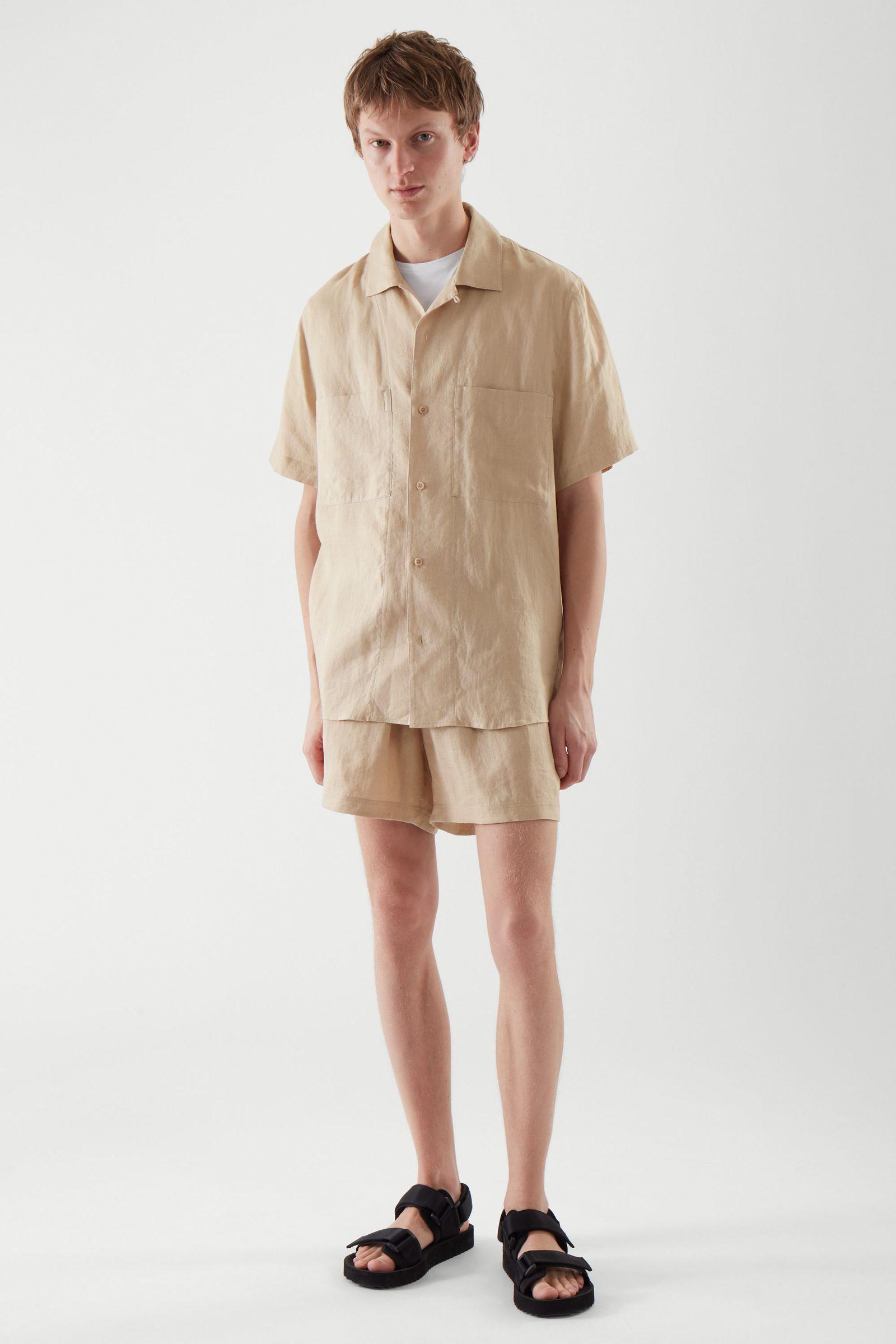 COS 캠프 칼라 쇼트 슬리브 셔츠의 베이지컬러 ECOMLook입니다.