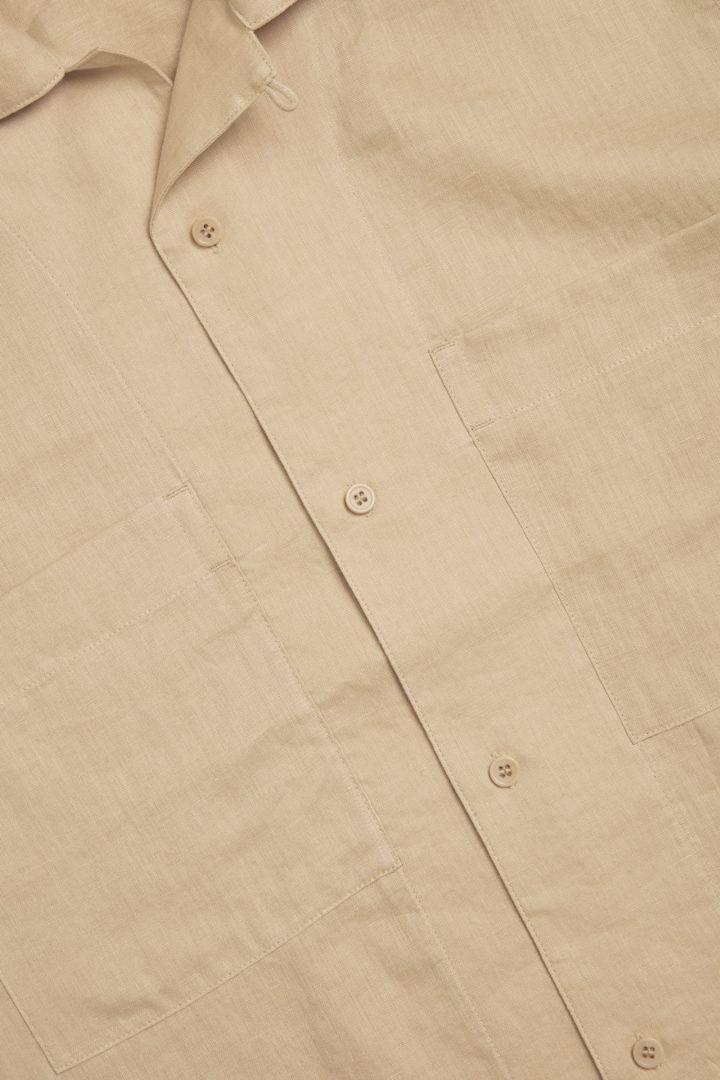 COS 캠프 칼라 쇼트 슬리브 셔츠의 베이지컬러 Detail입니다.