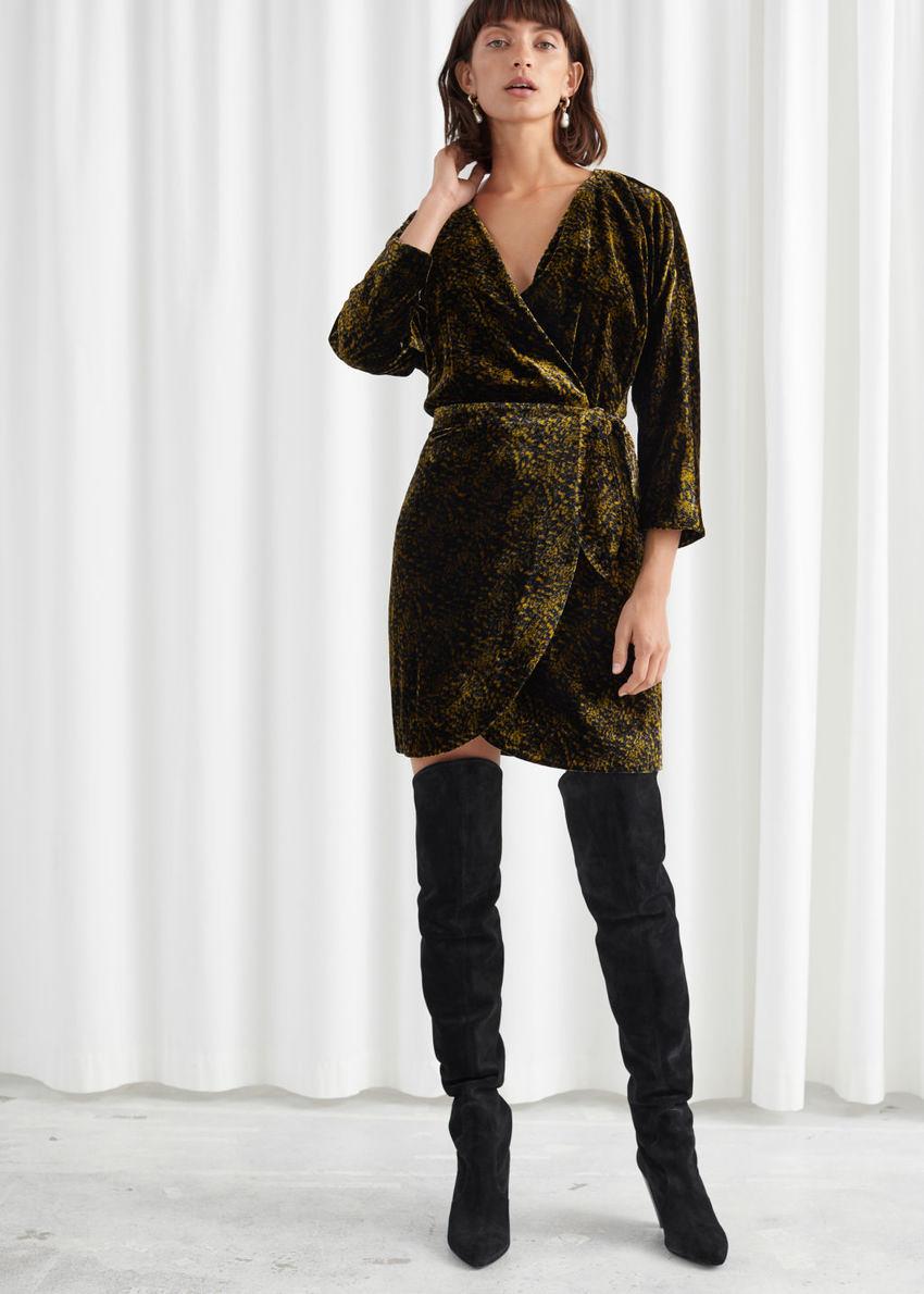 앤아더스토리즈 벨벳 랩 드레스의 올리브 골드컬러 ECOMLook입니다.