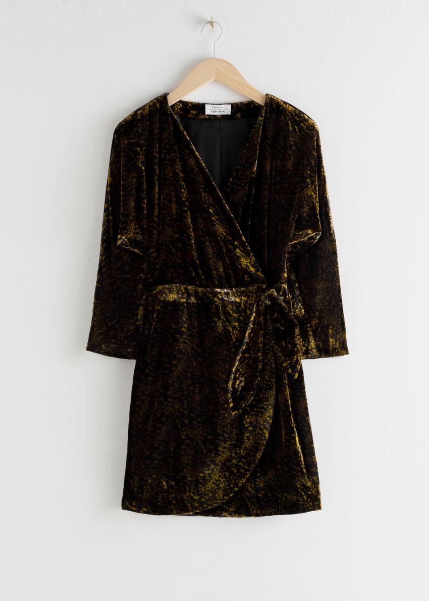 앤아더스토리즈 벨벳 랩 드레스의 올리브 골드컬러 Product입니다.