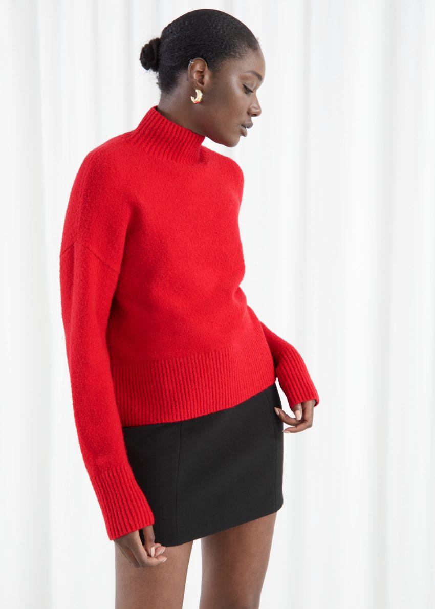 앤아더스토리즈 크롭 스웨터의 레드컬러 ECOMLook입니다.