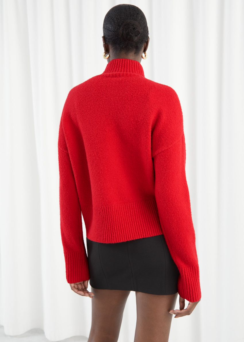앤아더스토리즈 크롭 모크 넥 스웨터의 레드컬러 ECOMLook입니다.