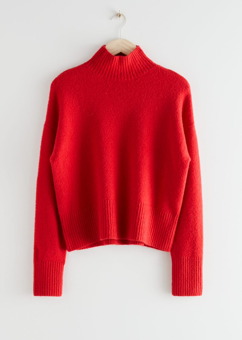 앤아더스토리즈 크롭 모크 넥 스웨터의 레드컬러 Product입니다.