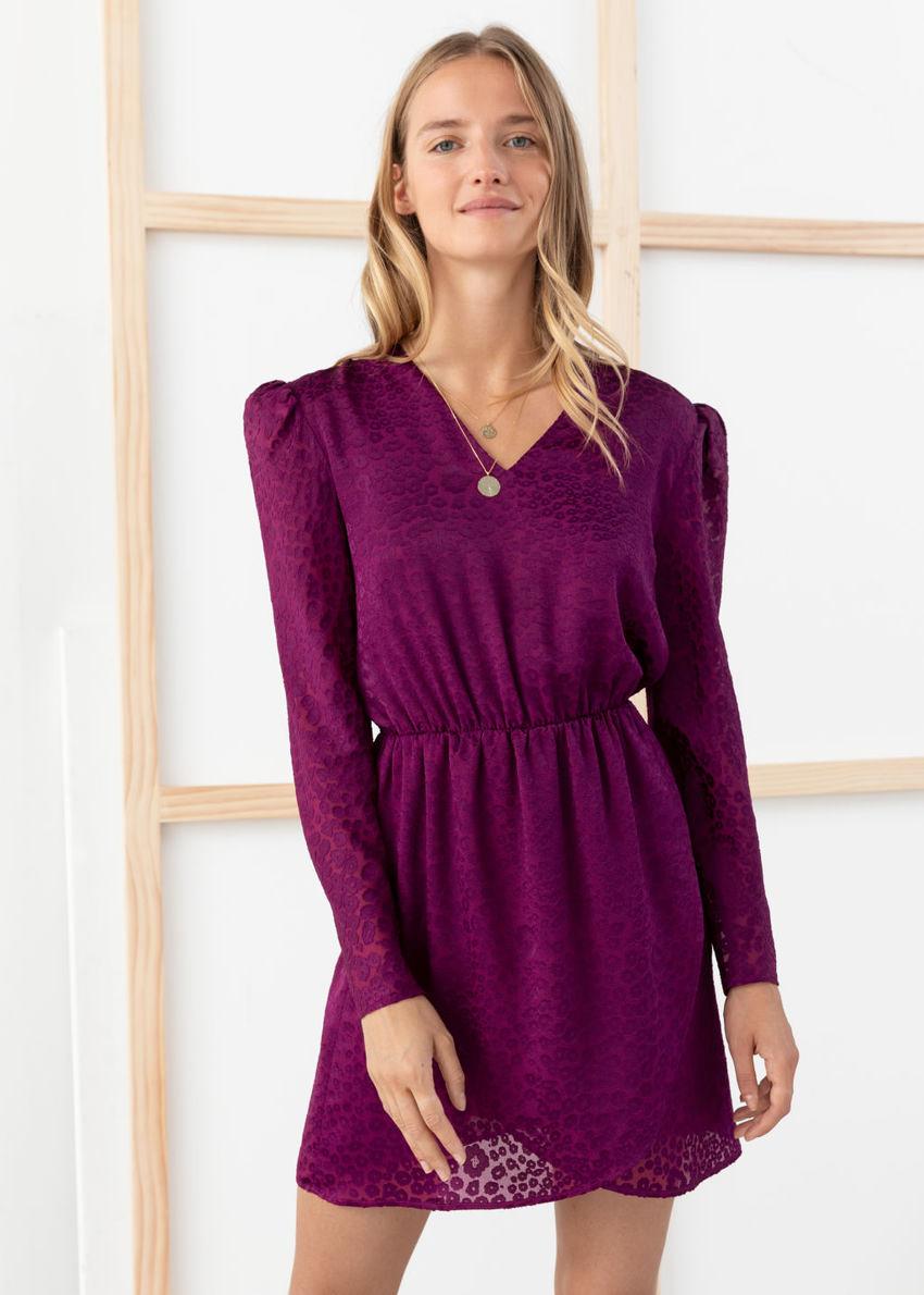 앤아더스토리즈 개더드 웨이스트 레오파드 자카드 미니 드레스의 퍼플컬러 ECOMLook입니다.