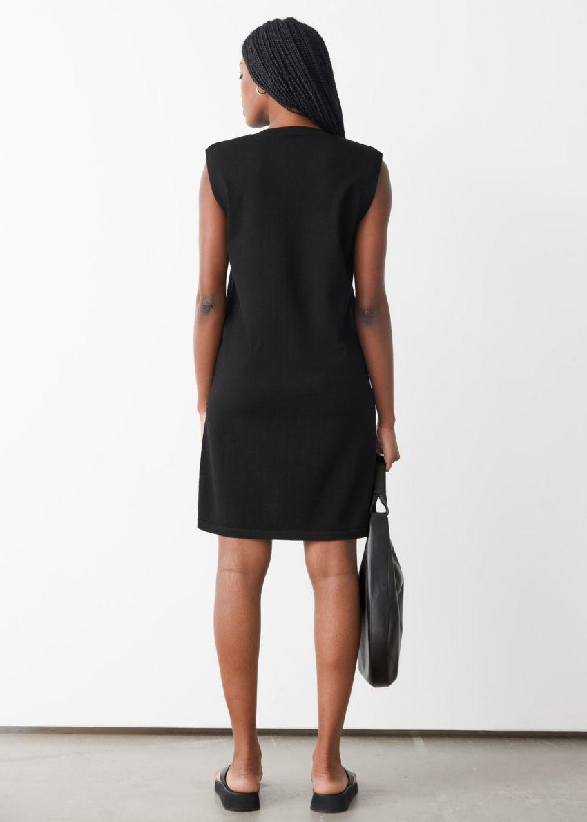 앤아더스토리즈 스트레이트 슬리브리스 미디 드레스의 블랙컬러 ECOMLook입니다.