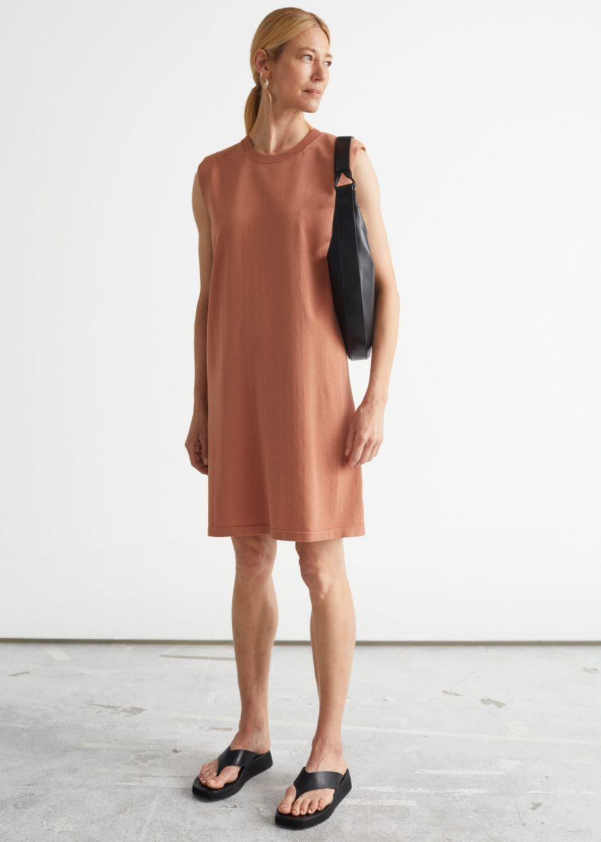 앤아더스토리즈 스트레이트 슬리브리스 미디 드레스의 테라코타컬러 ECOMLook입니다.