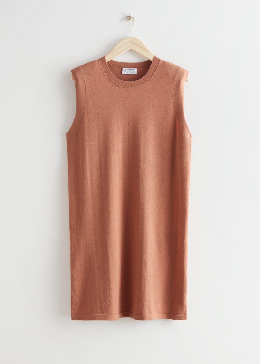 앤아더스토리즈 스트레이트 슬리브리스 미디 드레스의 테라코타컬러 Product입니다.