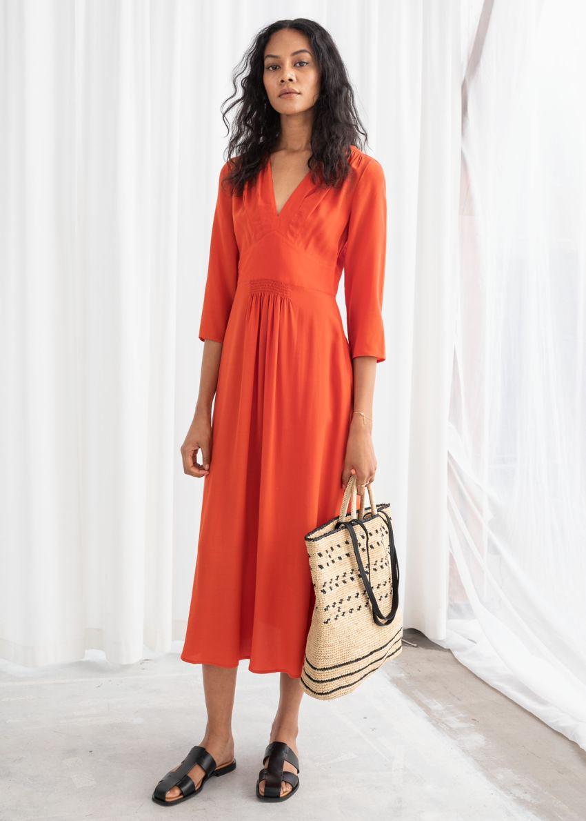 앤아더스토리즈 롱 슬리브 엠파이어 미디 드레스의 오렌지컬러 ECOMLook입니다.