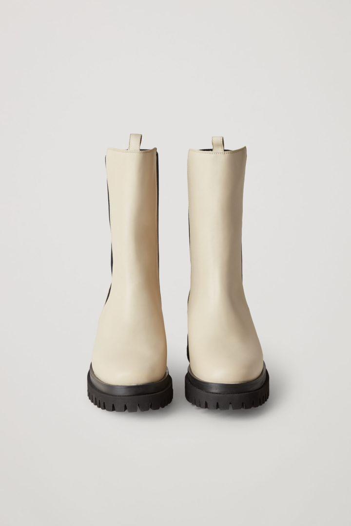 COS 청키 레더 앵클 첼시 부츠의 크림컬러 Product입니다.