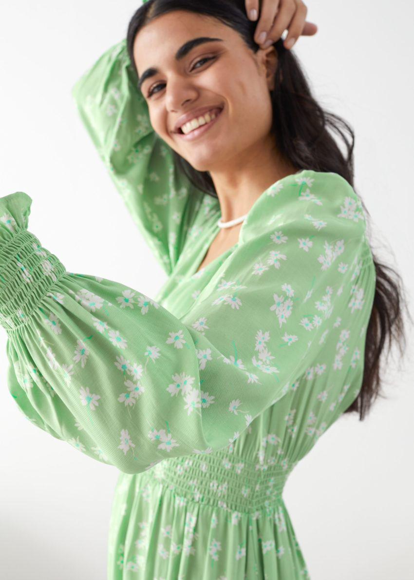 앤아더스토리즈 플리츠 스모크 미디 드레스의 그린 플로럴컬러 ECOMLook입니다.