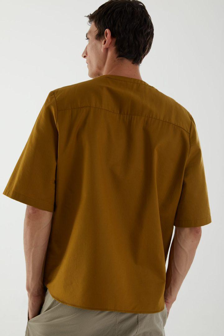 COS 오가닉 코튼 오버사이즈 슬리브 티셔츠의 브라운컬러 ECOMLook입니다.