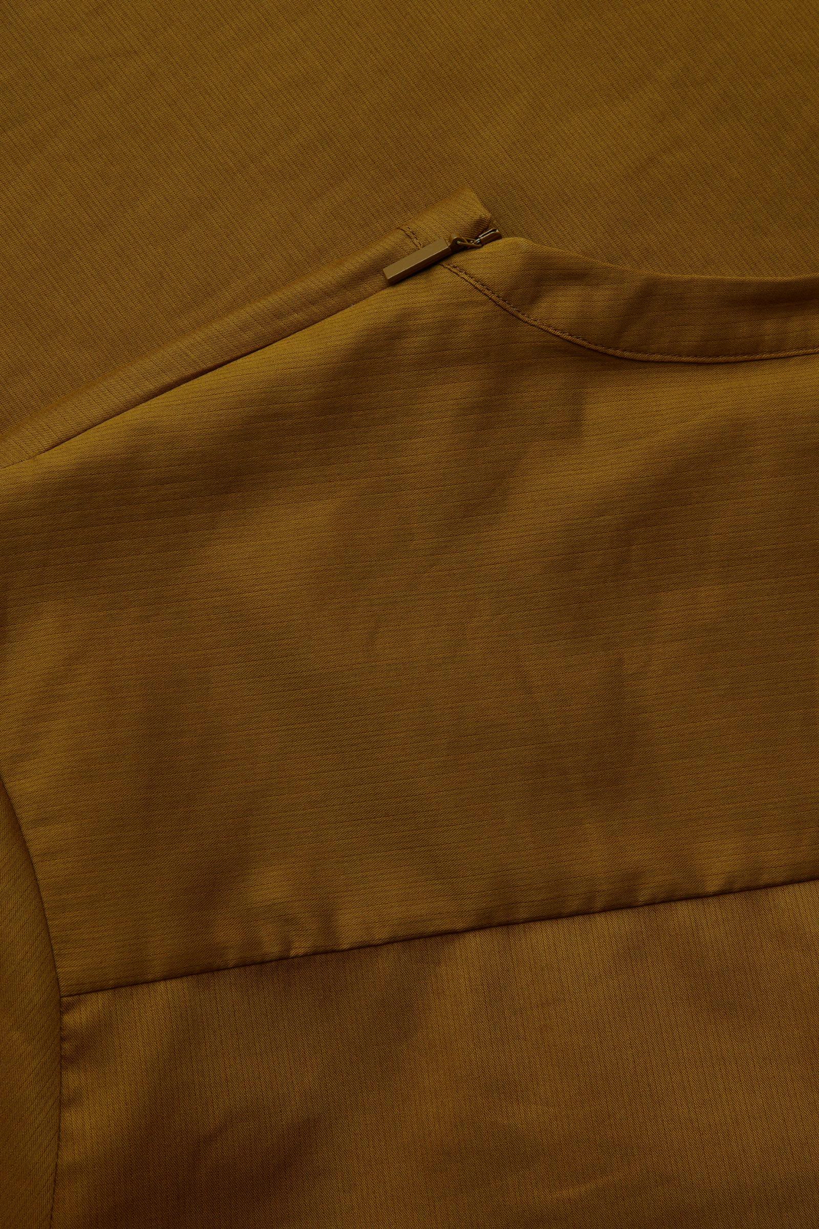 COS 오가닉 코튼 오버사이즈 슬리브 티셔츠의 브라운컬러 Detail입니다.