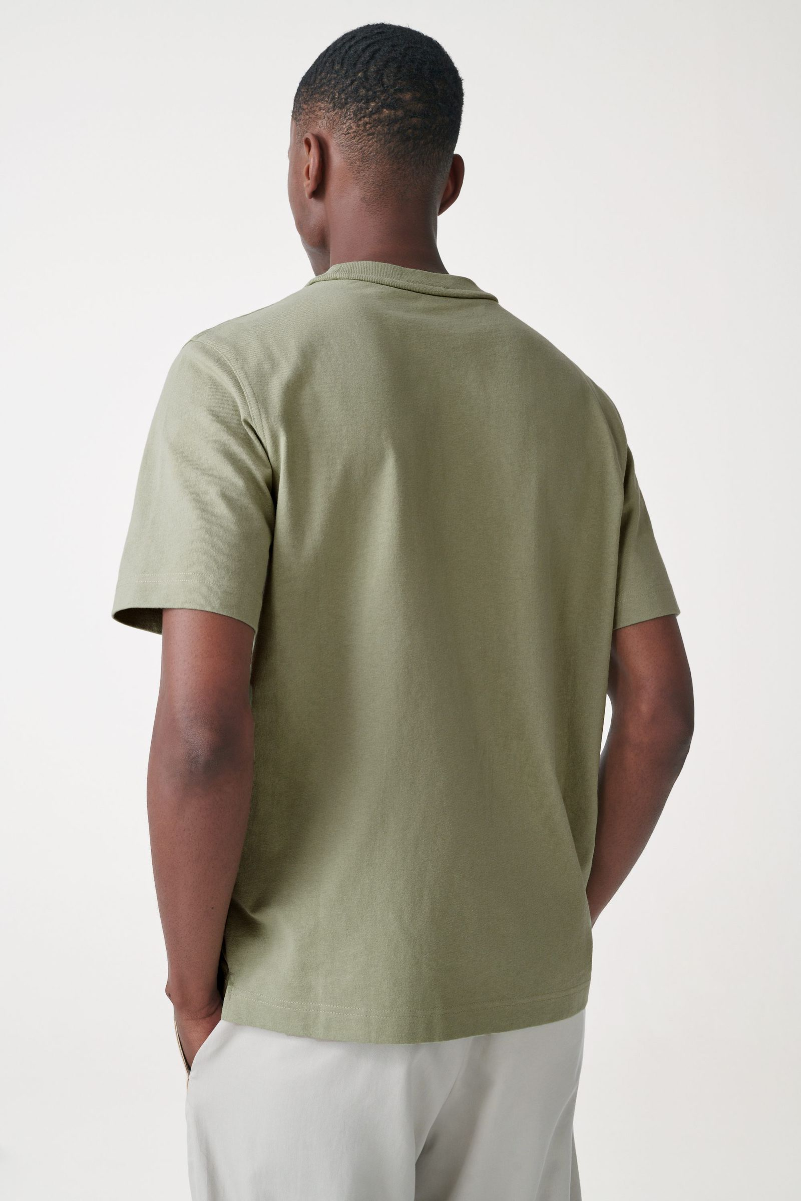 COS 오가닉 코튼 오버사이즈 슬리브 티셔츠의 카키컬러 ECOMLook입니다.