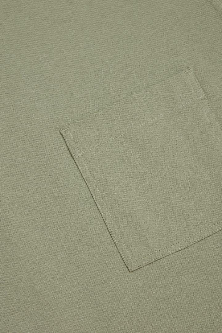 COS 오가닉 코튼 오버사이즈 슬리브 티셔츠의 카키컬러 Detail입니다.