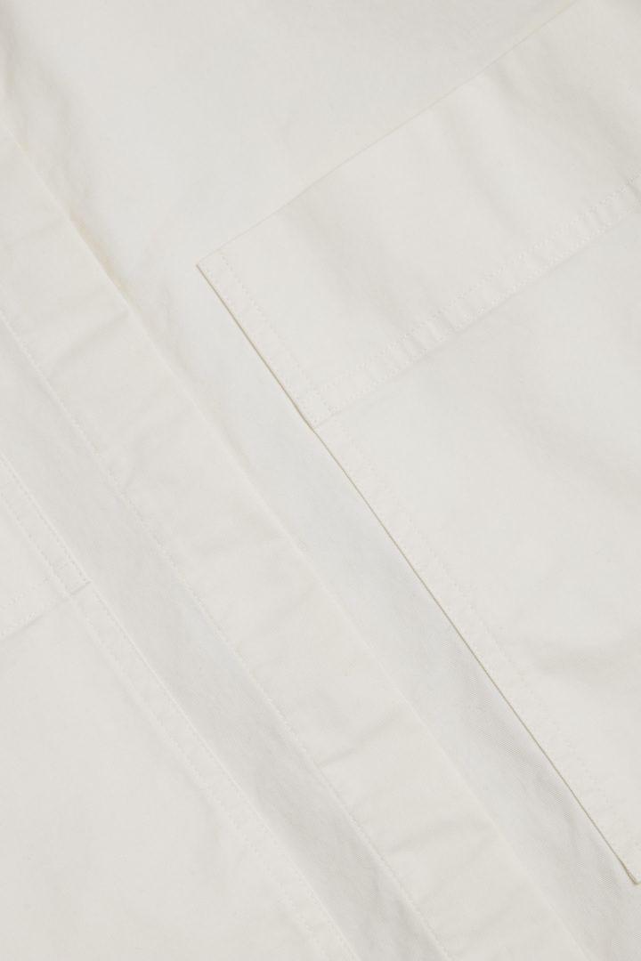 COS 오가닉 코튼 그랜대드 칼라 오버셔츠의 오프 화이트컬러 Detail입니다.