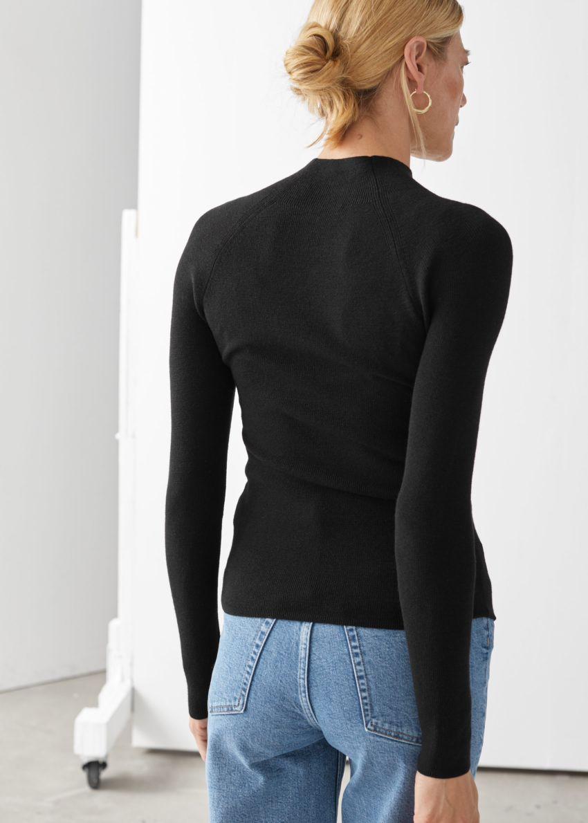 앤아더스토리즈 피티드 모크 넥 울 스웨터의 블랙컬러 ECOMLook입니다.