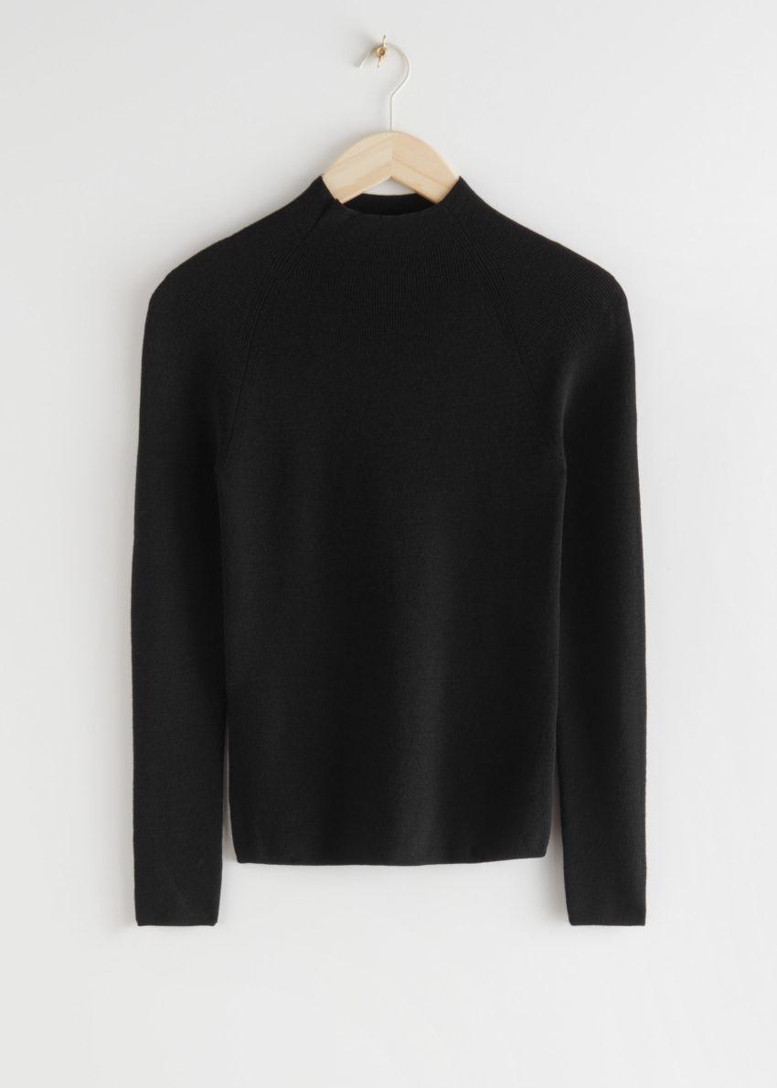 앤아더스토리즈 피티드 모크 넥 울 스웨터의 블랙컬러 Product입니다.
