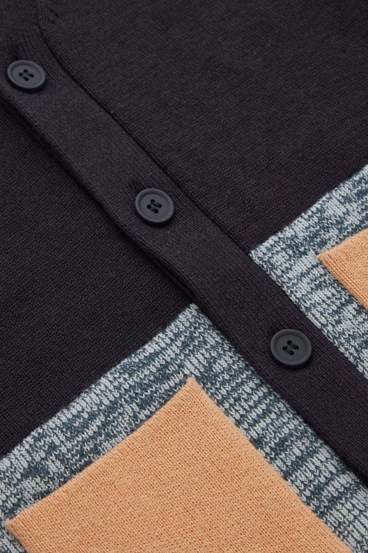 COS 컬러 블록 코튼 울 가디건의 멀티컬러컬러 Detail입니다.