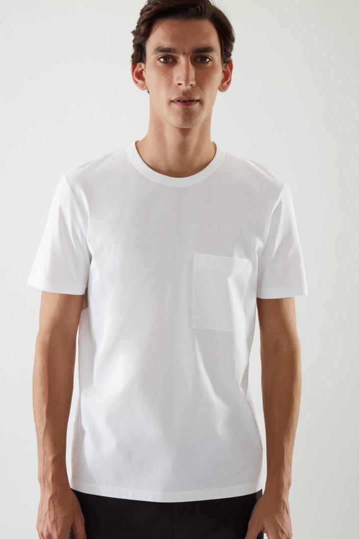 COS 패치 포켓 티셔츠의 화이트컬러 ECOMLook입니다.