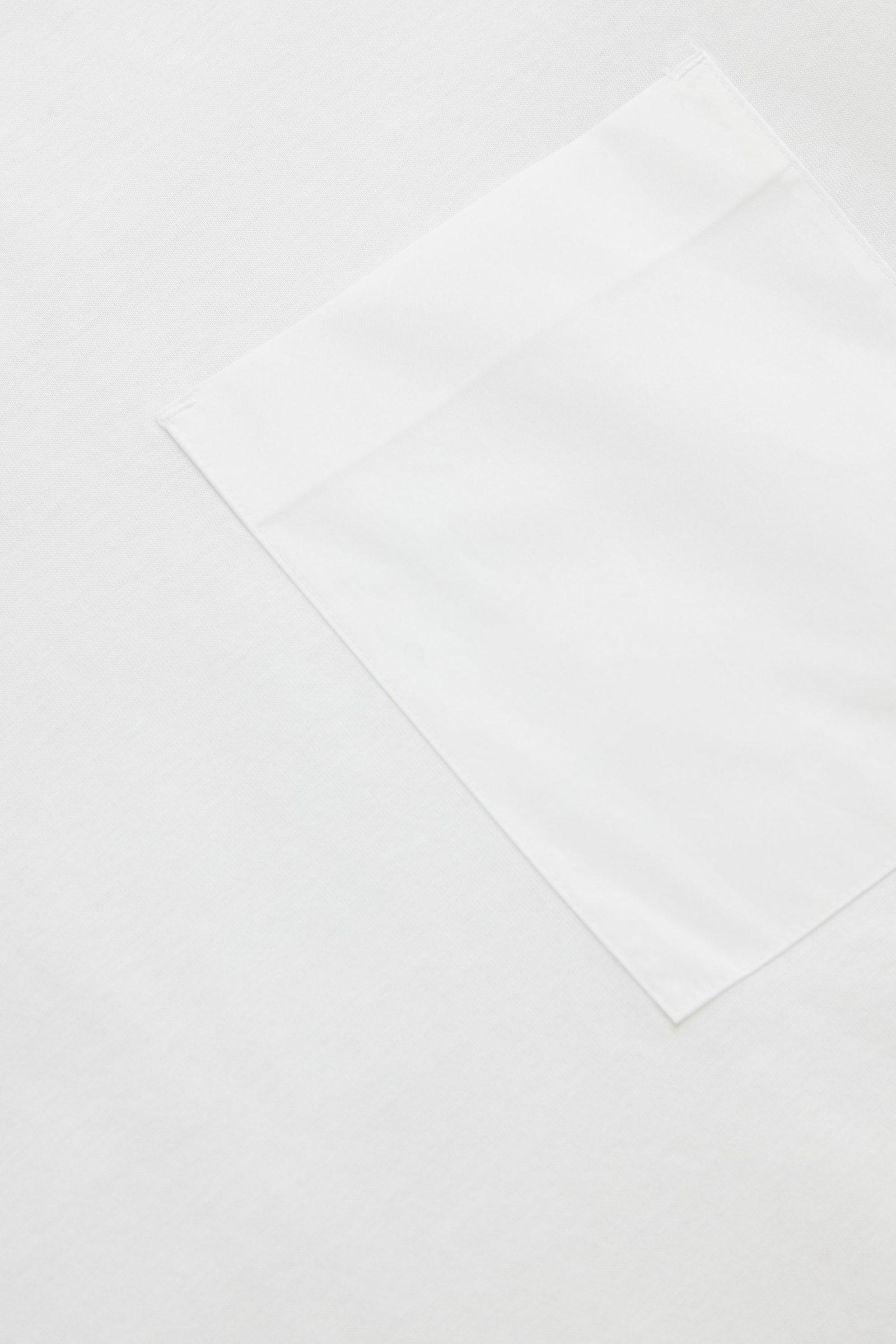 COS 패치 포켓 티셔츠의 화이트컬러 Detail입니다.