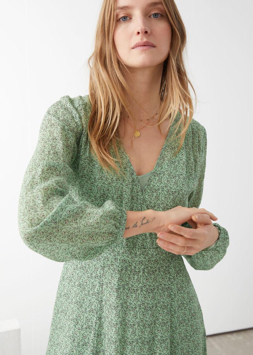 앤아더스토리즈 시어 프린트 미디 드레스의 그린컬러 ECOMLook입니다.