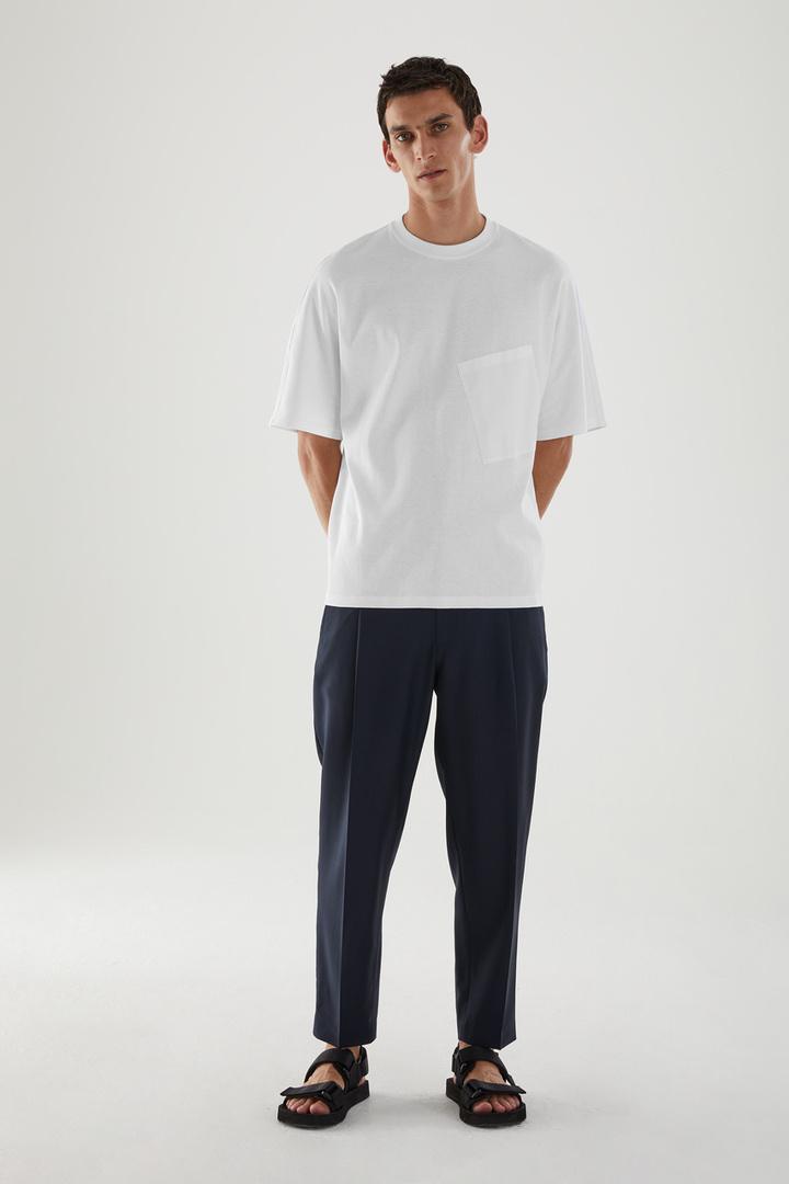 COS 앵글 포켓 티셔츠의 화이트컬러 ECOMLook입니다.