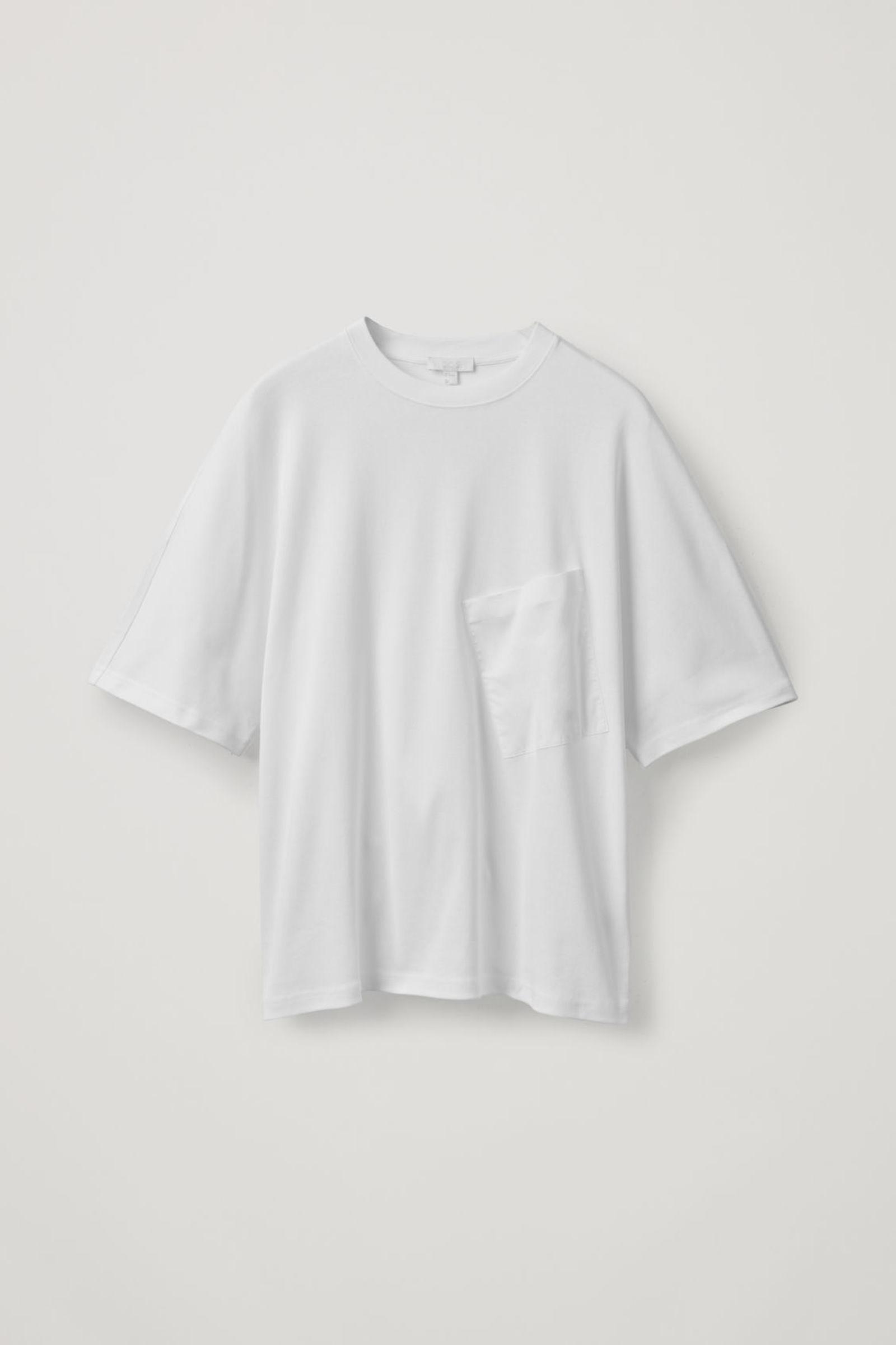 COS 앵글 포켓 티셔츠의 화이트컬러 Product입니다.