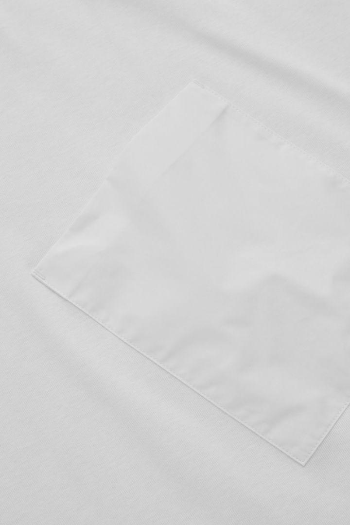 COS 앵글 포켓 티셔츠의 화이트컬러 Detail입니다.