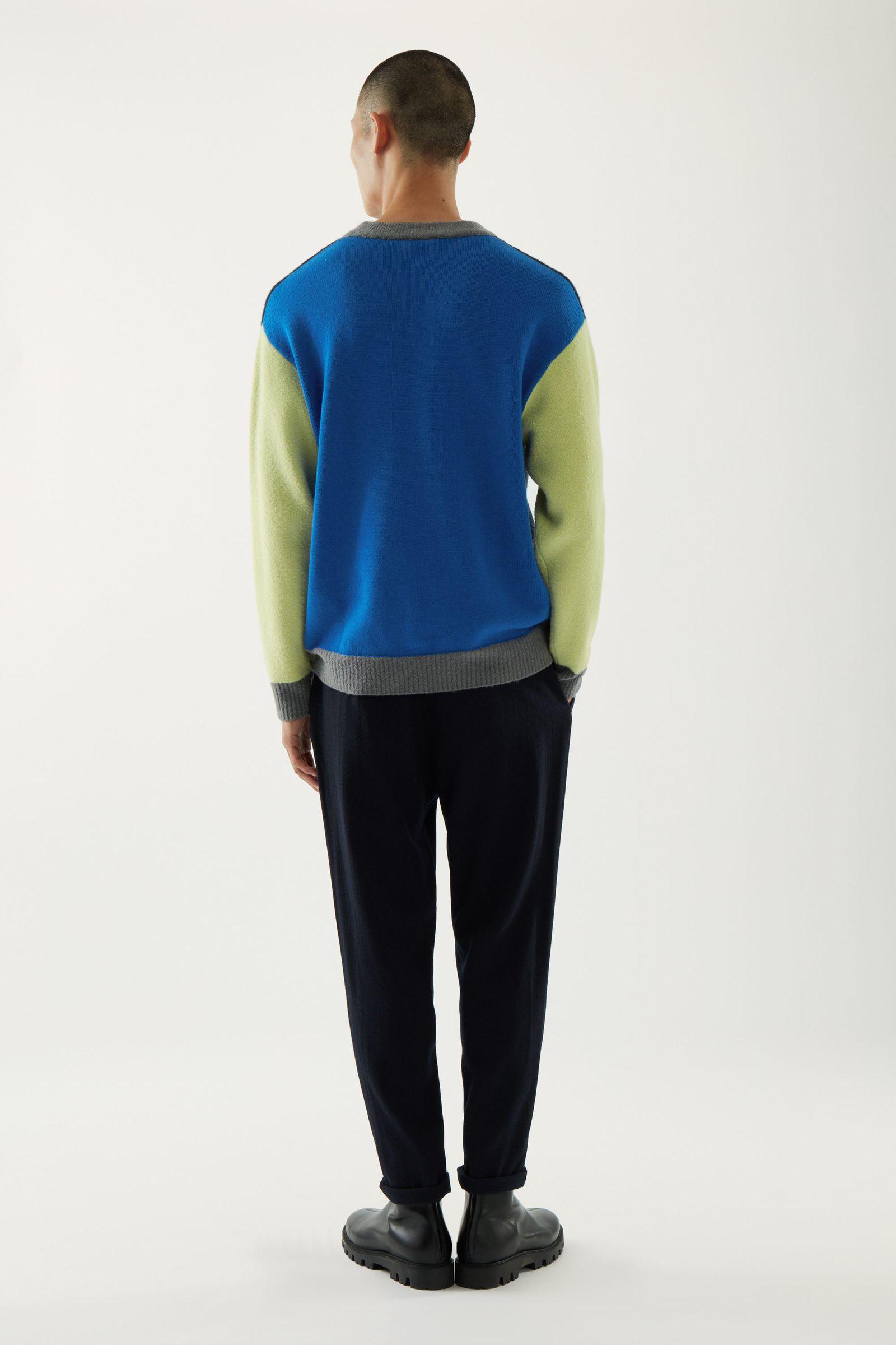 COS 울 컬러 블록 스웨터의 블루컬러 ECOMLook입니다.