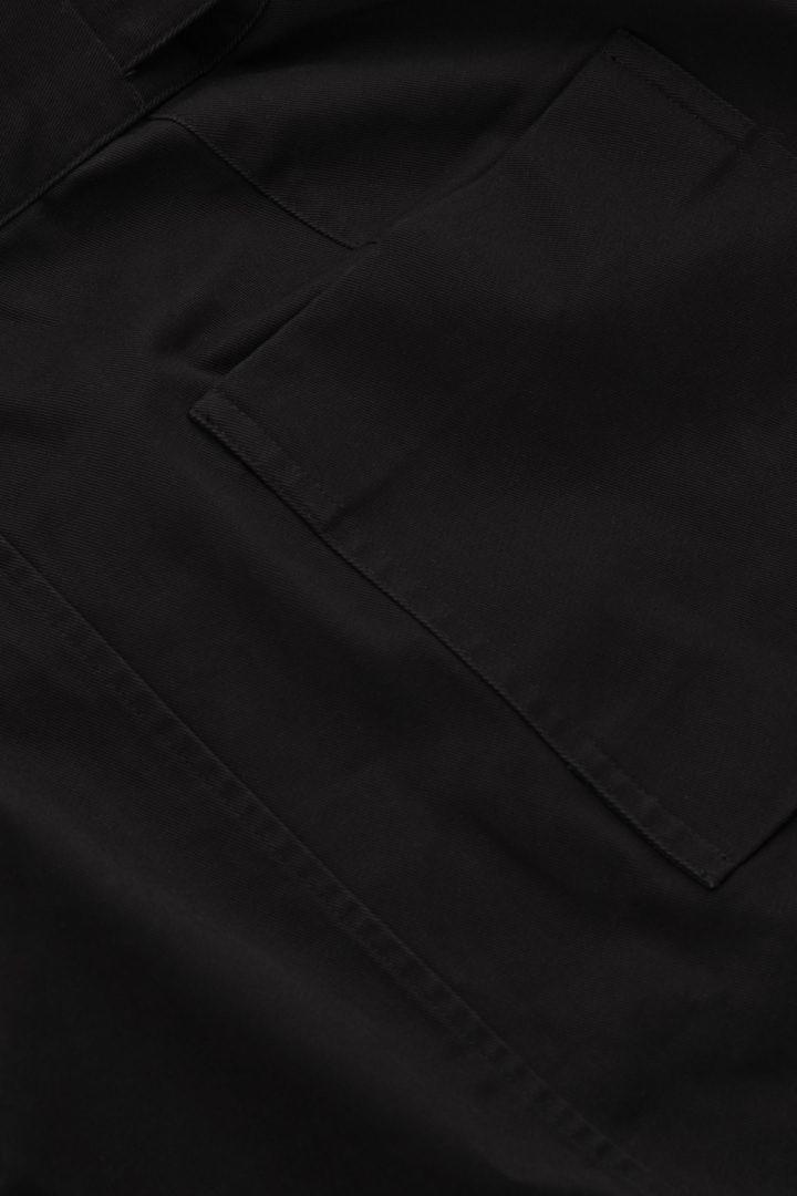 COS 어드저스터블 웨이스트 코튼 미니 스커트의 블랙컬러 Detail입니다.