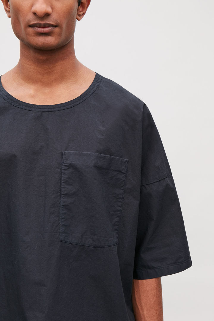 COS default image 1 of 블루 in 릴랙스드 우븐 티셔츠