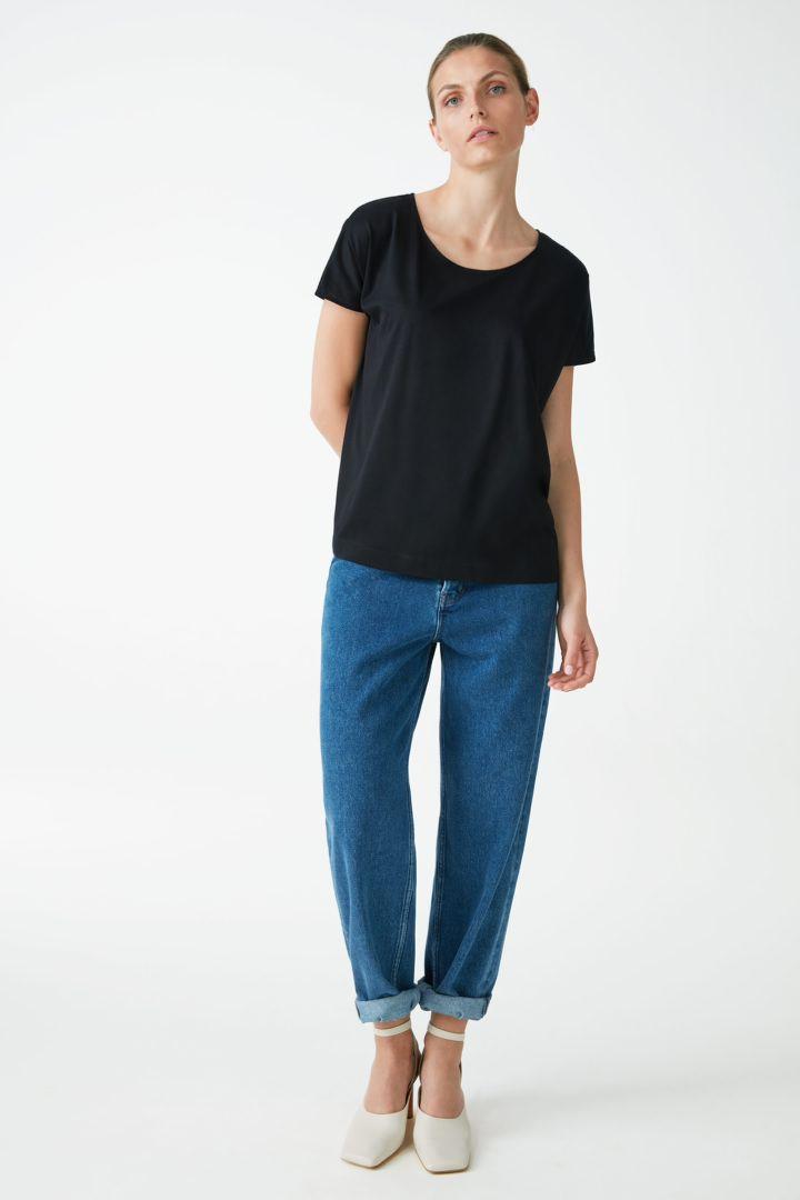COS 라이오셀 오가닉 코튼 믹스 스퀘어 컷 티셔츠의 블랙컬러 ECOMLook입니다.