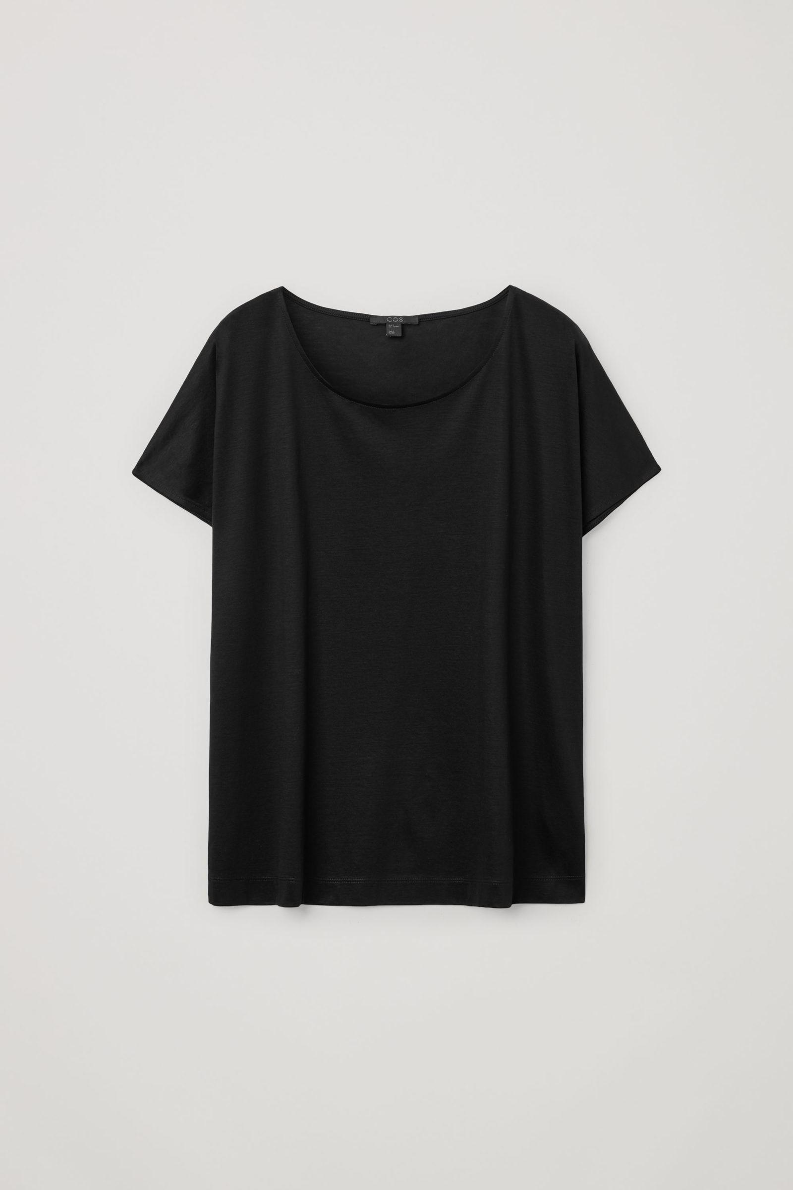 COS 라이오셀 오가닉 코튼 믹스 스퀘어 컷 티셔츠의 블랙컬러 Product입니다.
