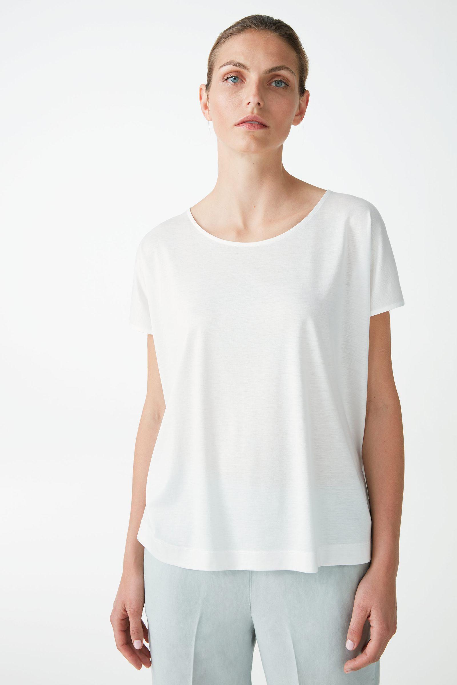 COS 라이오셀 오가닉 코튼 믹스 스퀘어 컷 티셔츠의 화이트컬러 ECOMLook입니다.