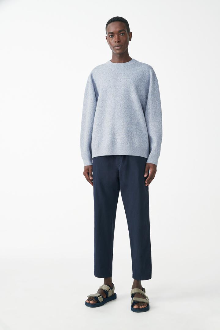 COS 니티드 코튼 메리노 스웨터의 블루컬러 ECOMLook입니다.