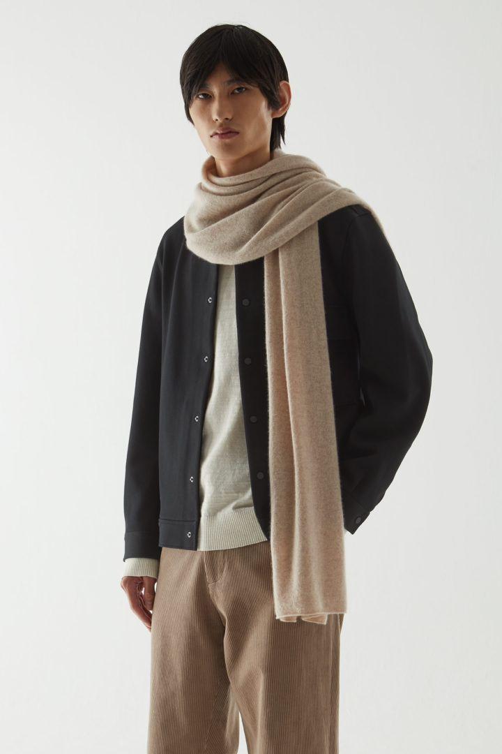 COS 코튼 트윌 셔츠 재킷의 블랙컬러 ECOMLook입니다.
