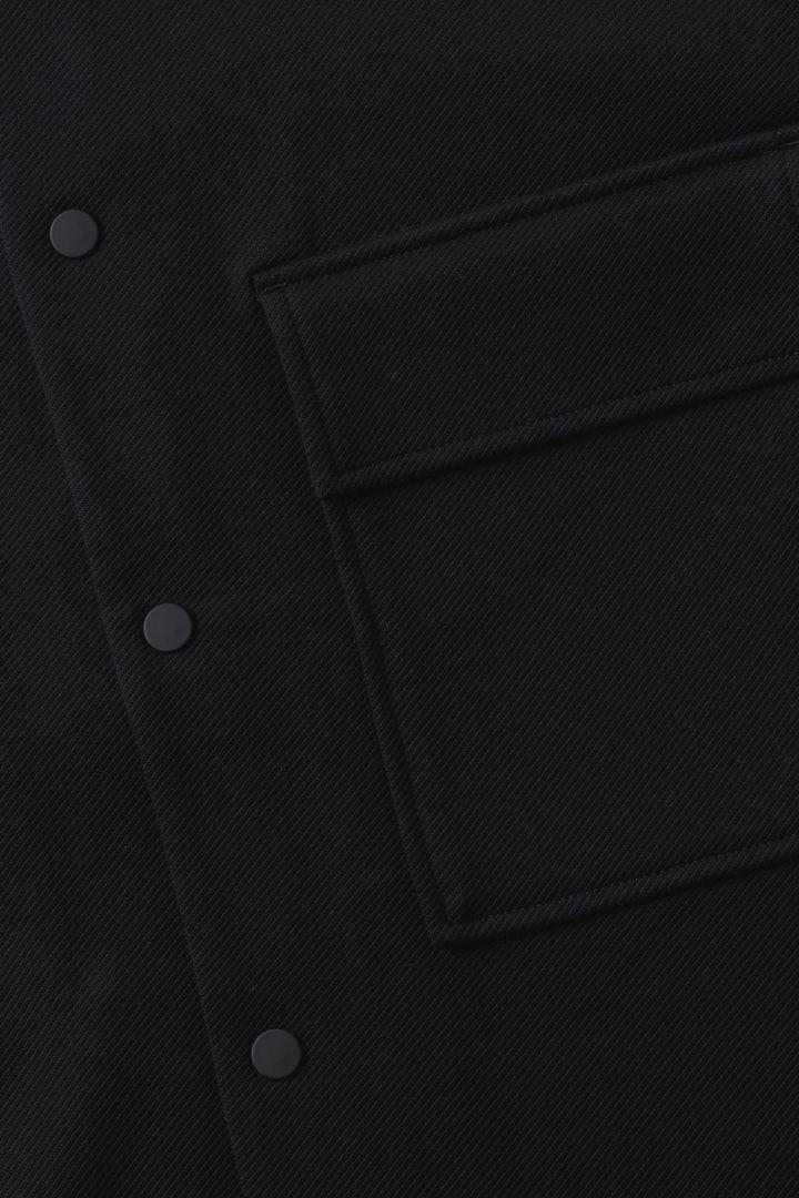 COS 코튼 트윌 셔츠 재킷의 블랙컬러 Detail입니다.